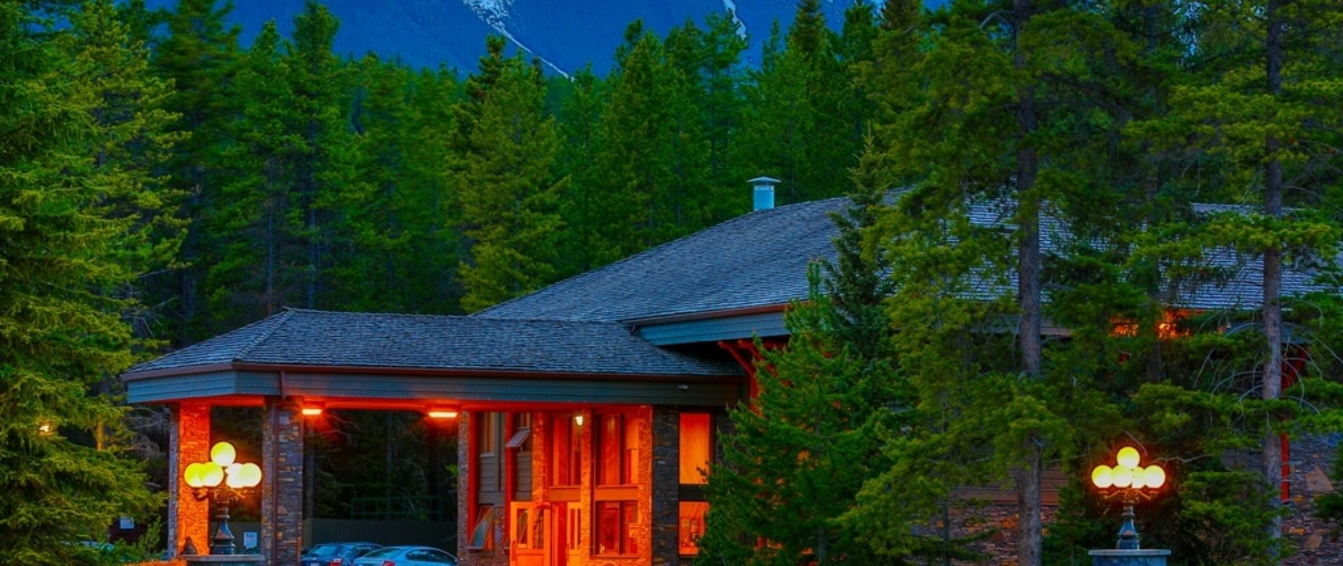 Mountaineer Lodge hotel in Lake Louise, AB