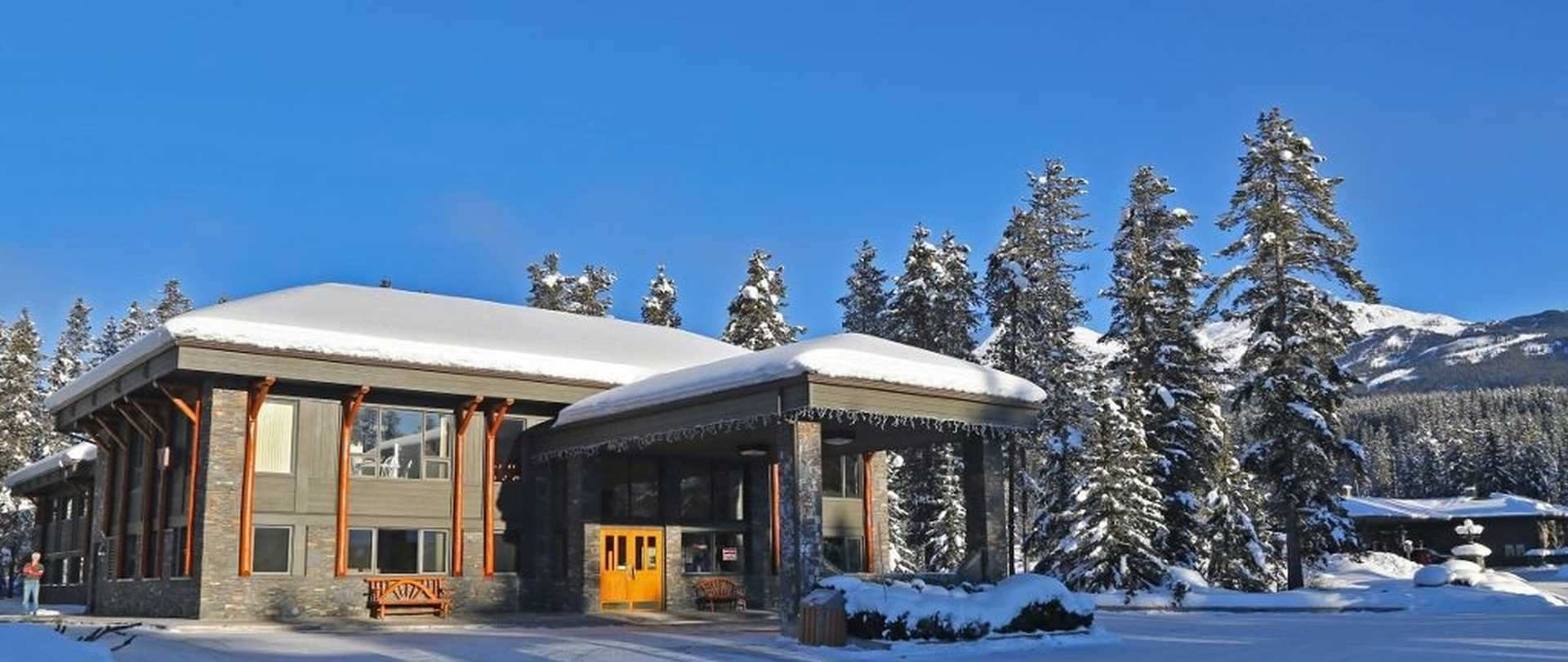 Mountaineer Lodge, Lake Louise hotel in winter